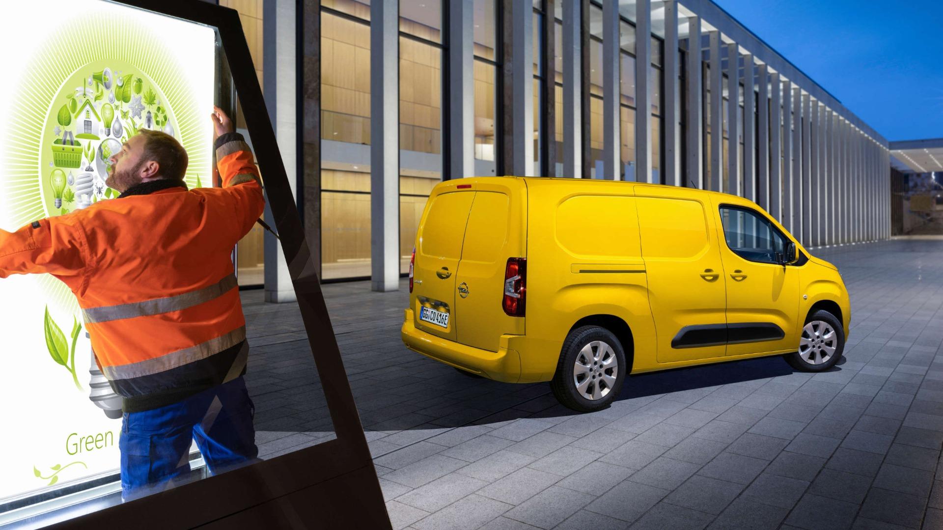 Opel Combo-e Cargo, навулиці, працівник встановлює світлове табло