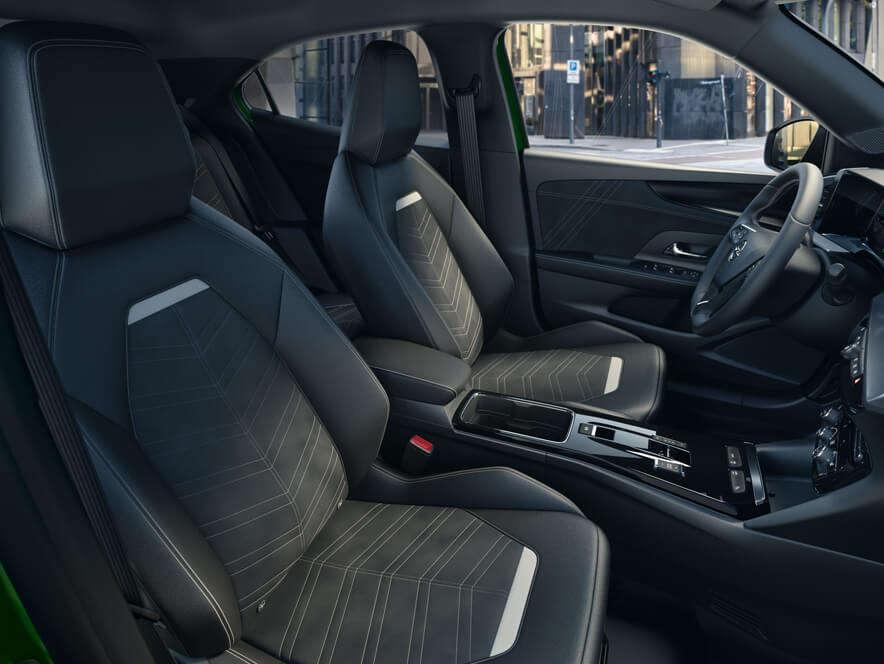 Opel Mokka може бути вкомплектовано сидіннями ізшкіряною оббивкою, електричним підігрівом, оригінальною перфорацією тафункцією масажу спини.